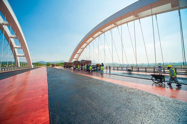 琴湖大桥桥面沥青摊铺.jpg